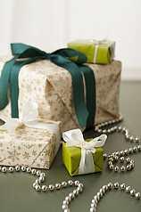 Geschenkpakete auf grüner Unterlage