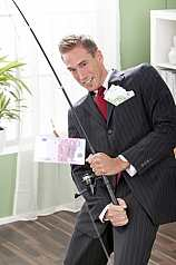Mann im Anzug angelt Geldscheine
