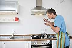 Mann probiert einen Löffel gekochtes