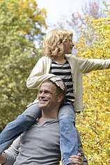 Vater und Tochter im Herbst