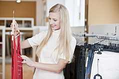 junge blonde Frau beim Shoppen in der Boutique