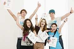 Fünf Abiturienten jubeln über Abschluss