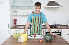 junger Mann möchte Obst schneiden