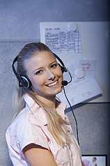 junge sportliche Frau mit Headset im Büro