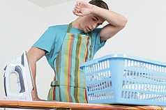 Mann ist geschafft von der Hausarbeit