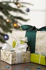 Geschenkpakete vor Christbaum