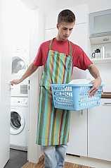 junger Mann mit Wäschekorb