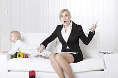 Geschaeftsfrau mit Baby schreit