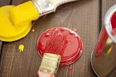 Roter und Gelber Pinsel auf Holzuntergrund