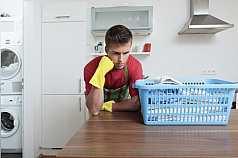 Mann hat keine lust Wäsche aufzuhängen