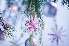 Geldsterne an Weihnachtsbaum mit Kugeln