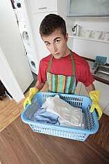 junger Mann hält Wäschekorb