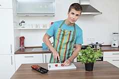 Mann bereitet Essen zu
