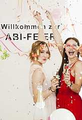 Zwei Mädchen auf Abifeier trinken Sekt