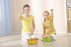 zwei Mädchen mit Osternest