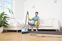 junger Mann macht Hausarbeit