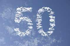 Jubiläumszahl 50 aus Wolken