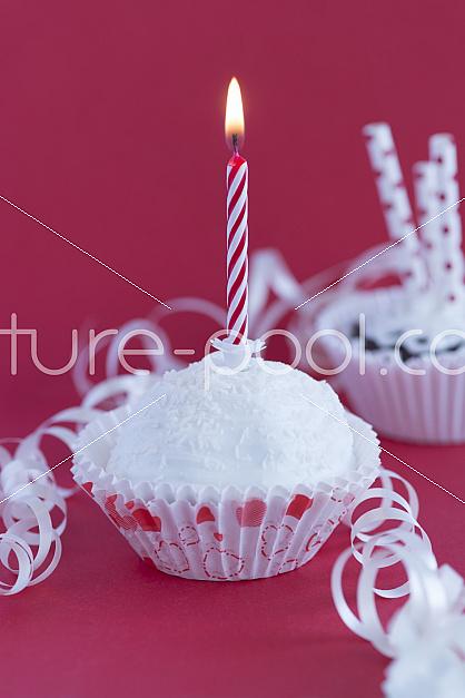 Cupcakes mit Kerzen mit Kerze