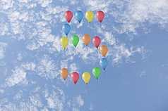Jubiläumszahl 5 aus Luftballons vor Wolken
