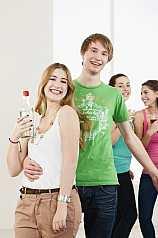 Jugendliche beim Feiern und tanzen