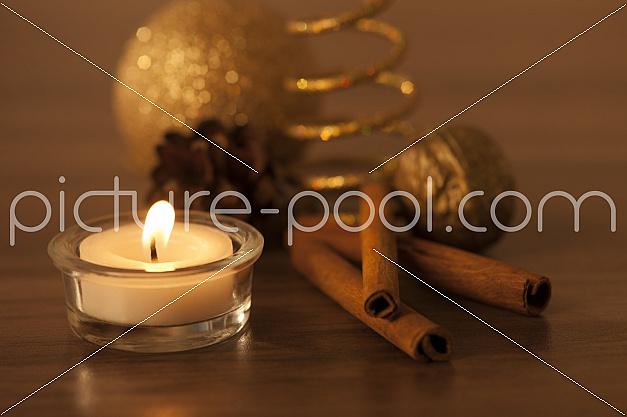 weihnachtliche Dekoration mit Zimtstangen