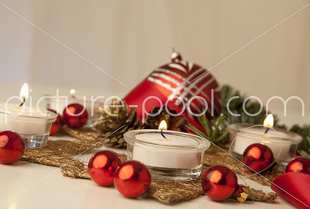 rote Christbaumkugeln Weihnachtsgedeck
