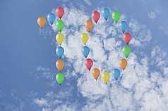 Jubiläumszahl 10 aus Luftballons vor Wolken